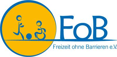 das Logo des Vereins Freizeit ohne Barrieren zeigt ein Strichmännchen, das mit einem anderen Strichmännchen im Rollstuhl Fußball spielt.
