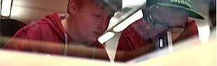 Das Bild zeigt zwei Kindern durch eine Scheibe mit Reflektionen.
