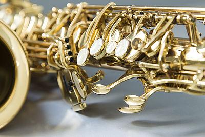 Das Bild zeigt die Knöpfe eines Saxofons im Fokus.