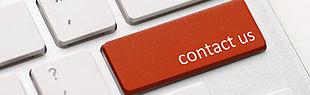 Das Bild zeigt einen Ausschnitt einer Tastatur, bei dem eine Taste durch eine rote Taste mit der Aufschrift contact us ersetzt ist.