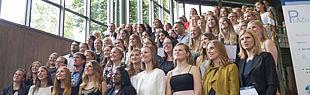 Das Foto zeigt Absolventen auf der Treppe des Audimax.